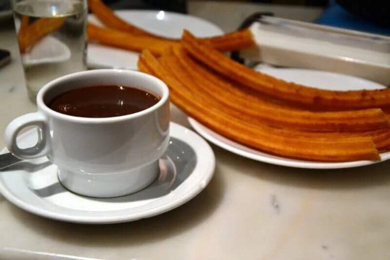 Mangiare cioccolato con churros a Madrid