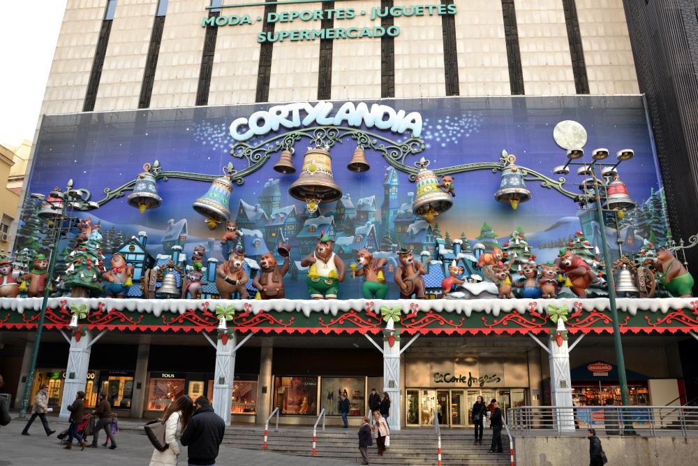 """Cortylandia, spettacolo di Natale organizzato dal centro commerciale """"El Corte Inglés"""". Lo spettacolo dura circa 15 minuti ed è completamente gratuito."""