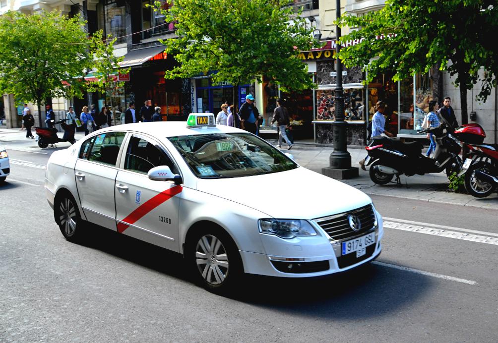 Come distinguere un taxi ufficiale a Madrid? Tutti i taxi ufficiali di Madrid sono bianchi con una striscia rossa diagonale / Foto: OgoTours