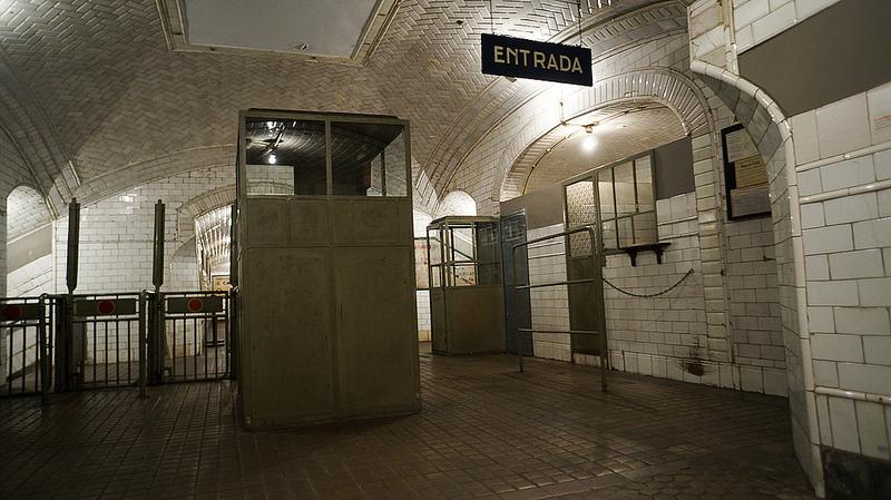 Questa vecchia stazione della metropolitana è anche popolarmente conosciuta come la stazione fantasma / Foto: Antonio Tajuelo (Flick / C.C.)