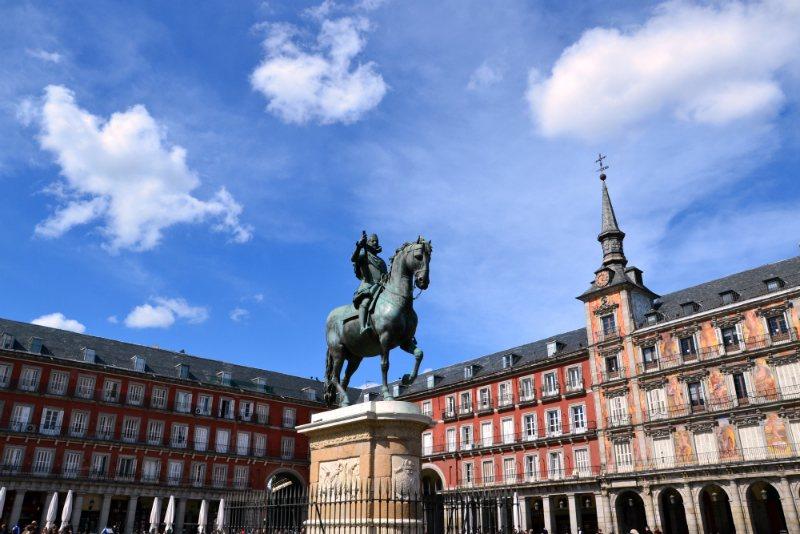 Plaza Mayor di Madrid (Statua equestre del Re Felipe III) - Re Filippo III (XVII secolo) è stato un grande fan di teatro, la pittura e la caccia / foto: OgoTours